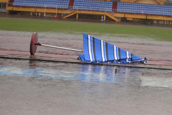Sân bóng chìm trong biển nước, trận đấu ở giải hạng Nhất phải hoãn