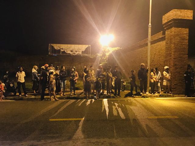 Người dân Huế đứng trước cổng bệnh viện chờ đón xe chở 13 thi thể các chiến sỹ, cán bộ