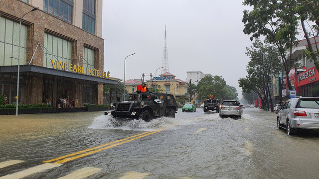 Đường biến thành sông, người dân chèo thuyền giữa TP Huế