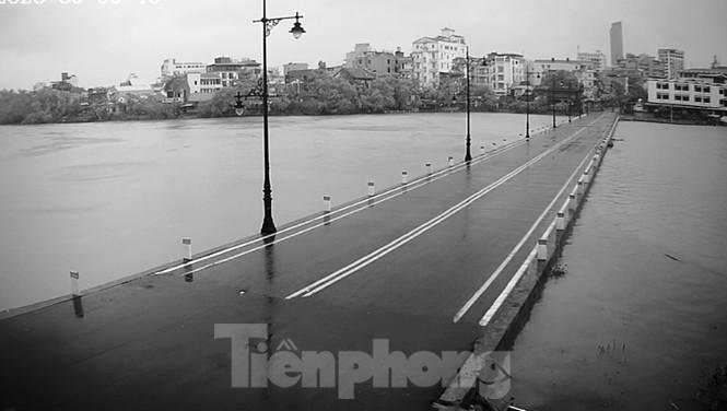 Gió giật mưa lớn, đường sá tại Huế không bóng người