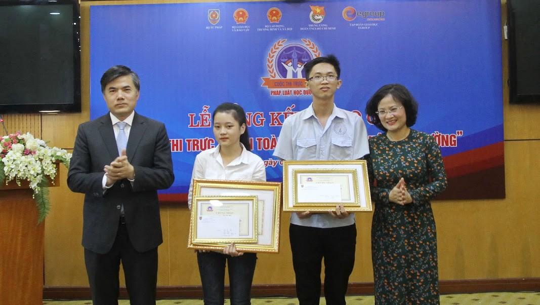 """Nữ sinh Huế đạt giải Nhất cuộc thi """"Pháp luật học đường"""" được tuyển thẳng vào Đại học Luật Hà Nội"""
