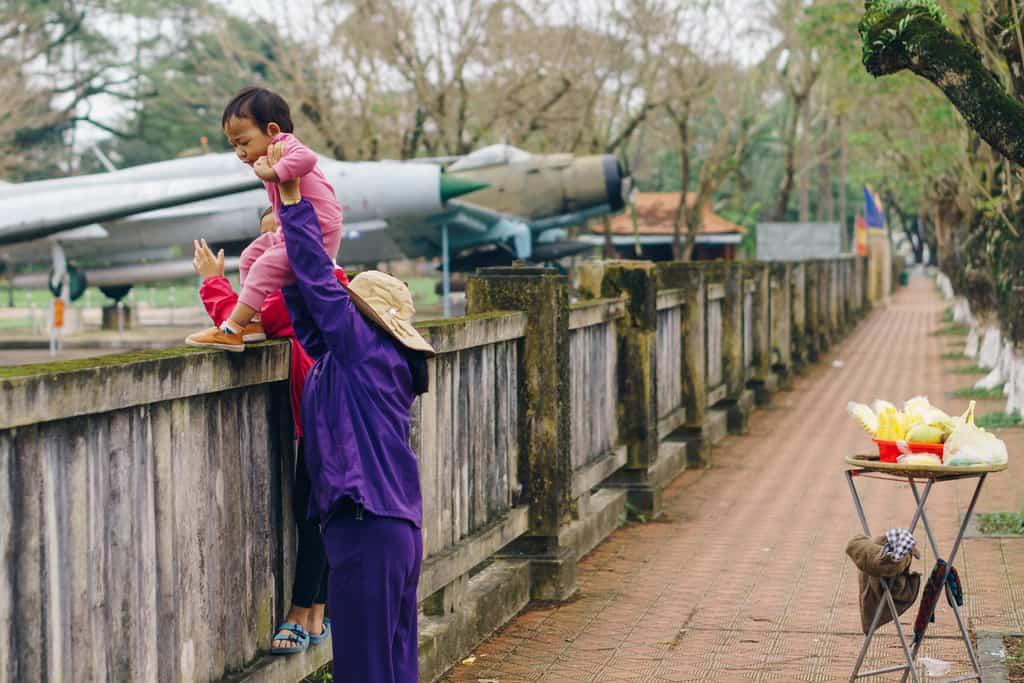 Tản bộ dọc sông Hương, ngắm nhìn một Huế rất đời thường 242