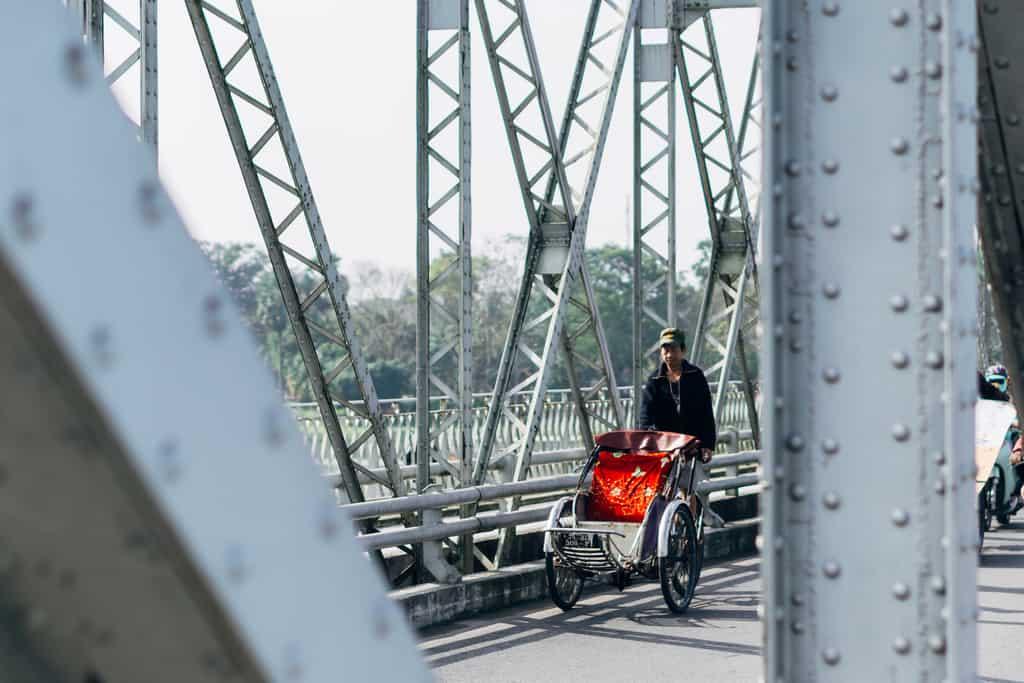 Tản bộ dọc sông Hương, ngắm nhìn một Huế rất đời thường 230