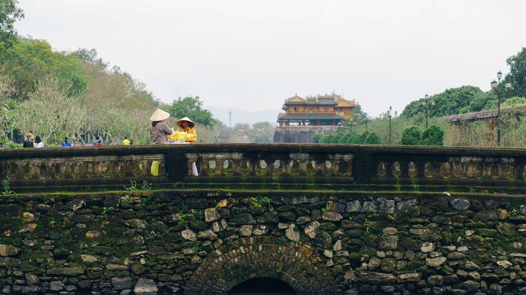 Tản bộ dọc sông Hương, ngắm nhìn một Huế rất đời thường 238