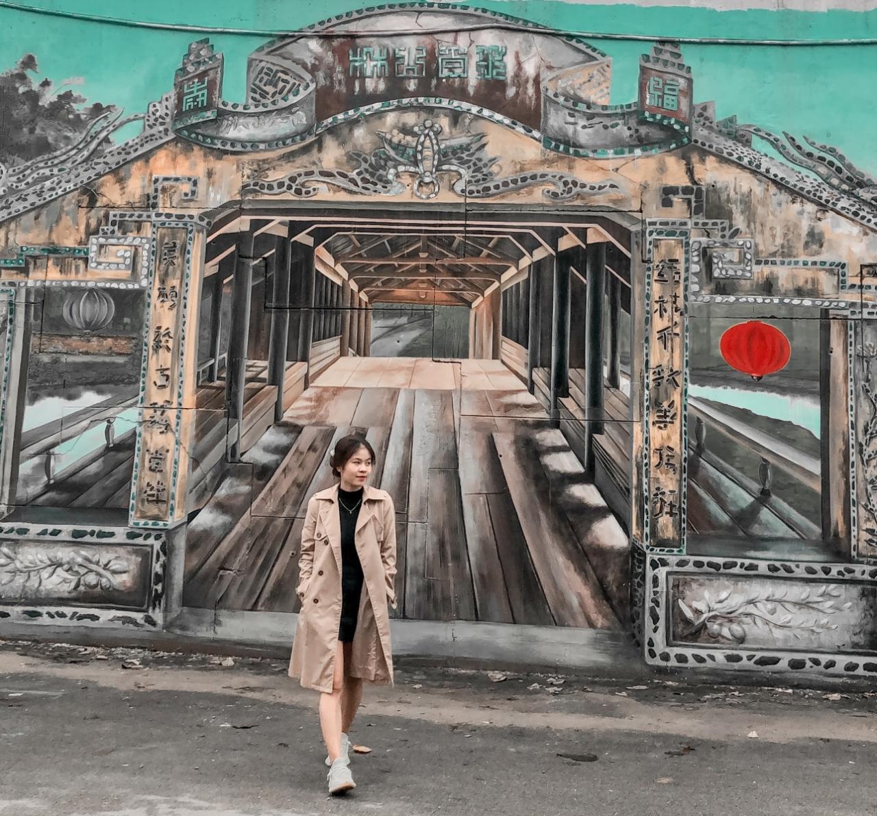 Ngắm danh lam thắng cảnh trên bích họa ở ngoại ô Huế